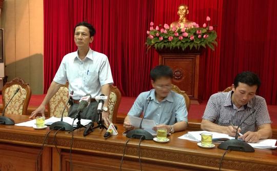 Ông Nguyễn Kim Vinh (đứng) trả lời báo chí tại cuộc họp giao ban tại Thành ủy Hà Nội chiều 16-9.