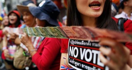 Những người biểu tình phản đối bỏ phiếu trong cuộc tuần hành qua khu phố người Hoa tại Bangkok. Ảnh: Reuters