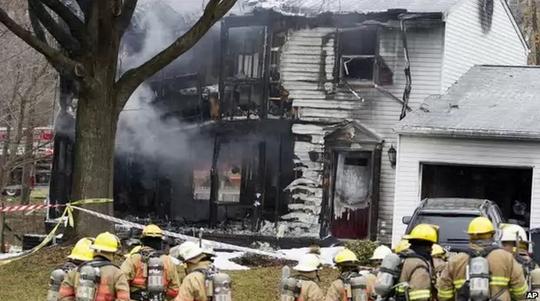 Ngôi nhà bị chiếc máy bay đâm trúng hôm 8-12. Ảnh: AP