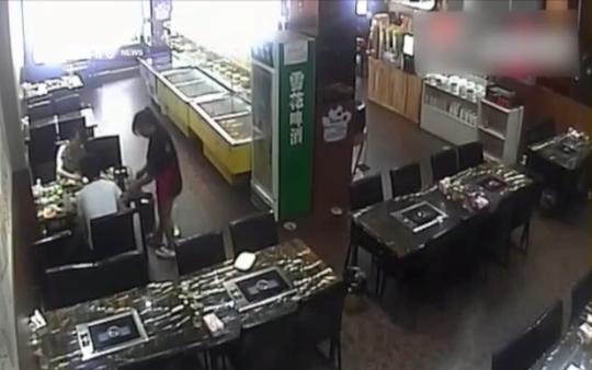 Xiaoqian ngồi ăn với bạn tại nhà hàng. Ảnh: Youtube