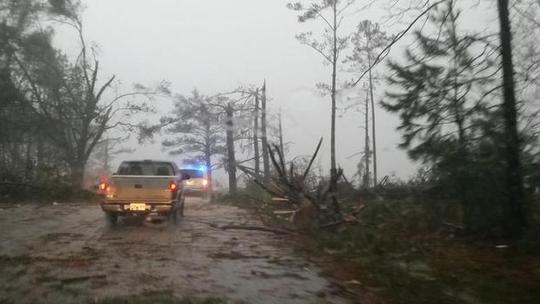 Cơn bão quật đổ cây cối, nhà cửa, làm ít nhất 4 người thiệt mạng. Ảnh: CBS News