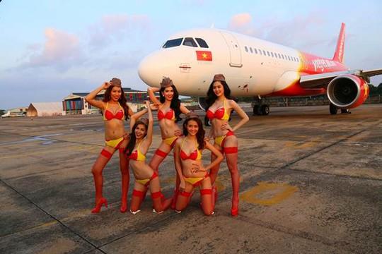 Các người đẹp mặc bikini trước máy bay VietJet