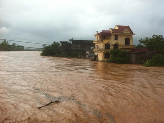 Vỡ đập phụ Đầm Hà, gần 5.000 người dân bị cô lập trong biển nước