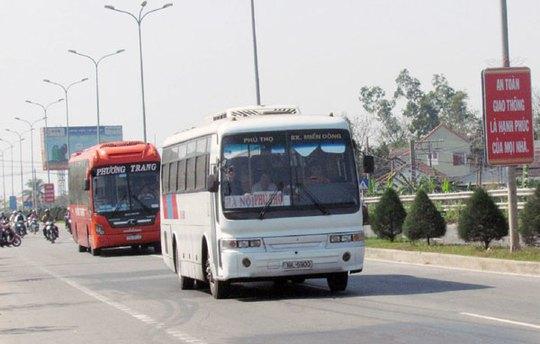 Các xe khách trong dịp Tết năm nay khi chạy qua địa bàn thành phố bỗng chạy rất chậm và đi theo hàng dài khá trật tự.