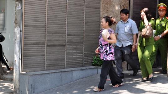 Bà Ngô Thị Minh Phượng (đi đầu) được dẫn từ nhà riêng ra xe của công an -Ảnh: Đông Hà