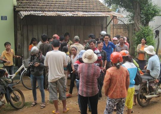 Nhiều người dân tới xem và chụp ảnh con lợn con mới sinh giống voi