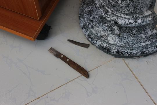 Con dao bị gãy Thoại vứt lại hiện trường