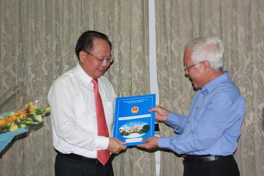 Chủ tịch UBND TP HCM Lê Hoàng Quân trao quyết định bầu bổ sung chức vụ Phó Chủ tịch UBND TP nhiệm kỳ 2011-2016 của Thủ tướng Chính phủ cho ông Tất Thành Cang,