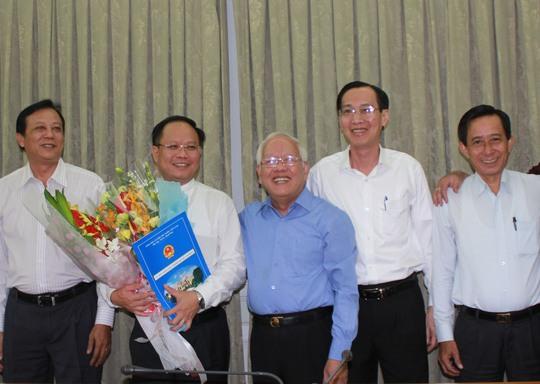 Chủ tịch UBND TP HCM Lê Hoàng Quân chúc mừng tân Phó Chủ tịch Tất Thành Cang