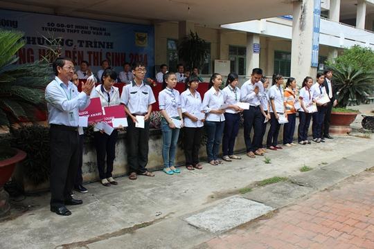 Phạm Văn Đúng, Phụ trách thị trường Ninh Thuận Công ty CP Phân bón Bình Điền trao học bổng cho các em