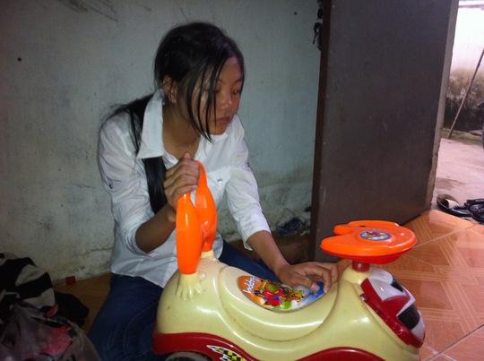 Chị Huyền ủ dột bên chiếc xe đồ chơi của bé Long