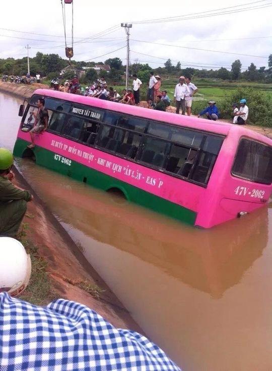 Xe buýt nằm giữa kênh vì tài xế bất cẩn