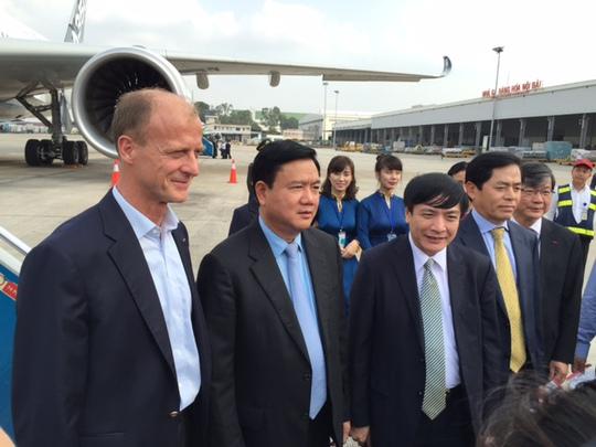 Bộ trưởng Đinh La Thăng (thứ 2 từ trái qua) tham dự chuyến bay trình diễn của máy bay A350 XWB chiều 22-11