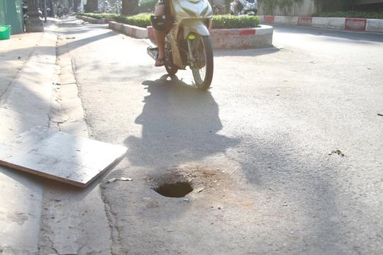 Hố tử thần trên đường 3-2 đường kính chỉ 20cm nhưng sâu hơn 1,2m và mở hàm ếch.