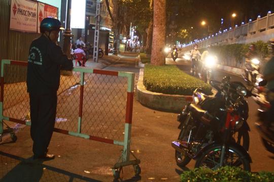 Nhân viên Công ty Thoát nước đô thị TP làm hàng rào rồi để sáng mai mới khắc phục sự cố