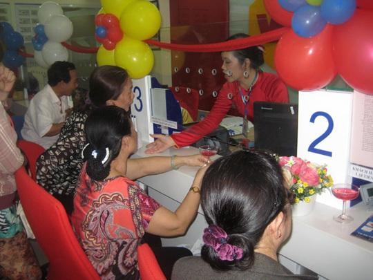 Khách hàng tại phòng giao dịch mới của VietBank