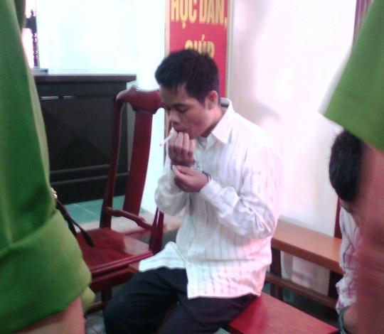 Trước khi giết 5 phu trầm, Hồ Văn Công cho các nạn nhân hút thuốc, giờ trước khi nghe tòa tuyên án Công cũng run run hút thuốc