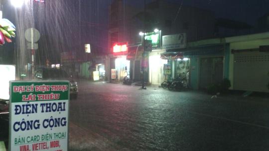 Cơn mưa trong vòng 30 phút tối 29-6, đã gây ngập nặng tại thị xã Thuận An, tỉnh Bình Dương