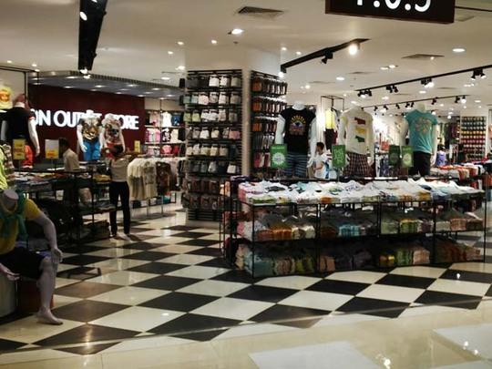 Hàng hóa xa xỉ vẫn thu hút khách mua sắm. ẢNH: Thùy Dương