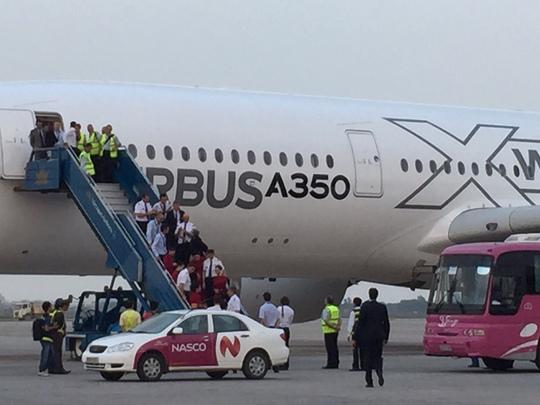 A350 XWB là chương trình mới nên khách hàng được yêu cầu nhà sản xuất cung cấp dịch vụ đặc biệt sau bán hàng. Cụ thể là Airbus sẽ trực tiếp chuyển giao công nghệ cho  Vietnam Airlines, huấn luyện, đào tạo kỹ sư, nhân lực... Sự thành bại của Vietnam Airlines trong qua trình khai thác A350 XWB sẽ chính là tiếng tăm của loại máy bay này trên toàn cầu