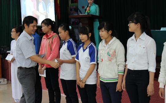 Đại diện Công ty CP Phân bón Bình Điền trao học bổng cho các học sinh vượt khó học giỏi