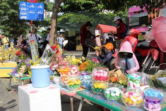 Các điểm bán hoa tươi, quà tặng trước các trường đại học luôn nhộn nhịp vào các dịp lễ.