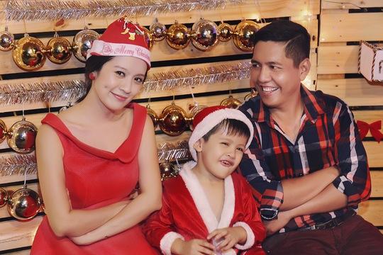 Gia đình Thanh Thúy - Đức Thịnh đỏ rực rỡ