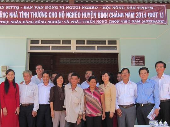 Đại diện của Agribank và các đoàn thể trao nhà tình thương cho nông dân ở huyện Bình Chánh, TP HCM.