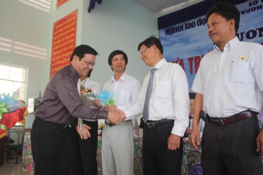 Ông Nguyễn Văn Tín tặng hoa cho đại diện ban tư vấn, sở GD-ĐT và nhà tài trợ