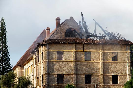 Đến gần 7 giờ ngày 9-6, đám cháy mới được dập tắt hoàn toàn