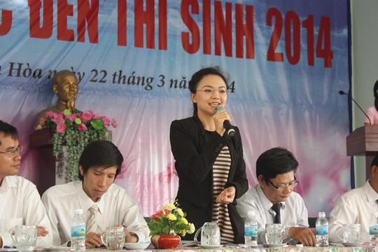Bà Trần Thị Phi Yến thông tin đến các thí sinh về ngành quản trị kinh doanh và Trường Quốc tế PSB