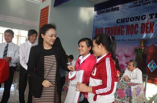 TS Nguyễn Đức Nghĩa và Ths Nguyễn Thị Phi Yến trao học bổng cho học sinh nghèo vượt khó