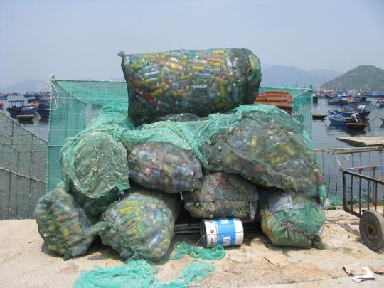 Các loại chai lọ, rác thải được thu thập rất kỹ