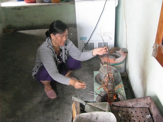 ... được người dân đảo phục vụ ngay trong bếp nhà mình