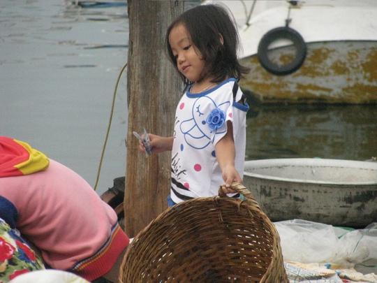 Trẻ em ở chợ cá...
