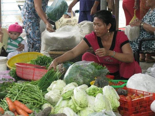 Rau xanh trong chợ Bình Ba