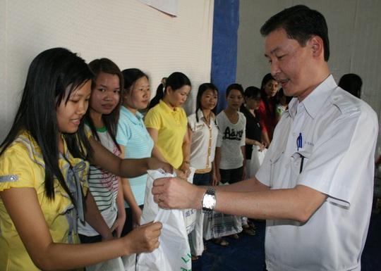 Ông Wang Chen Yi, Tổng giám đốc Công ty Ever Win, tặng quà cho công nhân khó khăn. Đây là doanh nghiệp thực hiện tốt việc trích nộp kinh phí Công đoàn