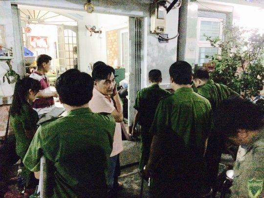 Công an đến khám nghiệm hiện trườngtại nhà 21/58 Lê Ngã, phường Phú Trung, quận Tân Phú,sau khi xảy ra vụ giết người.