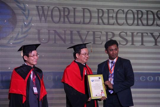 Luật sư Nguyễn Văn Viễn và giáo sư Hoàng Quang Thuận nhận bằng chứng nhận trở thành cố vấn của WRU (Đại học kỷ lục thế giới) từ ông Biswaroop Roy Chowdhury