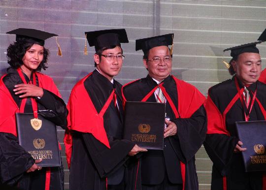 Ông Dương Duy Lâm Viên (thứ 2 từ trái sang) cùng nhạc sĩ Vũ Đình Ân (thứ 3 từ trái sang) nhận bằng Tiến sĩ danh dự cùng các kỷ lục gia của Ấn Độ