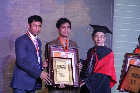 Ông Nguyễn Xuân Hòa nhận kỷ lục châu Á cho Tượng Bồ đề Đạt ma bằng gỗ nu nghiến lớn nhất