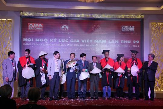Các vị khách Ấn Độ, Lào, Campuchia nhận quà lưu niệm Việt Nam