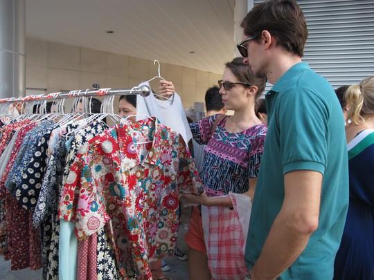 Bà chủ chợ trời Sài Gòn tiết lộ bí kíp mua sắm