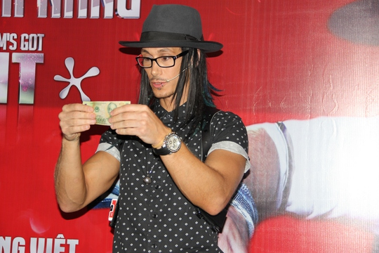 Cosentino biểu diễn trong buổi ra mắt báo chí tối 5-12 ở TPHCM. Ảnh: K.Khánh
