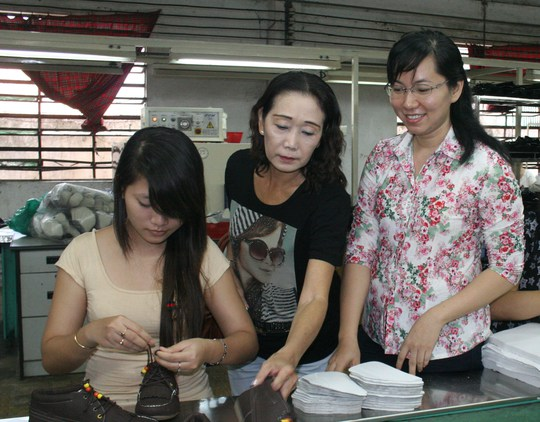 Bà Phan Thị Minh Thu (bìa phải), Chủ tịch Công đoàn Công ty Tích Hanh là một trong những cán bộ nữ công tiêu biểu tại quận Bình Tân, TP HCM