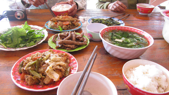 Lỡ bước, vào giờ ăn trưa, khách được mời vào ăn cơm chùa. Hay nếu vãn cảnh chùa chỉ cần báo trước khách sẽ được ăn cơm tại chùa Bát Nhã