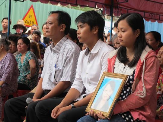 Gia đình ôm di ảnh của nạn nhân
