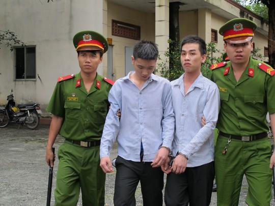 Hai bị cáo sau phiên xử