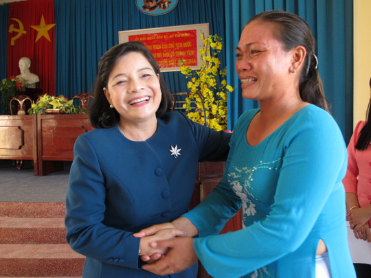 Bà Nguyễn Thị Như Thủy, Phó Chủ tịch Thường trực Hội đồng thi đua khen thưởng thuộc UBND TP HCM động viên chị Thu Thủy