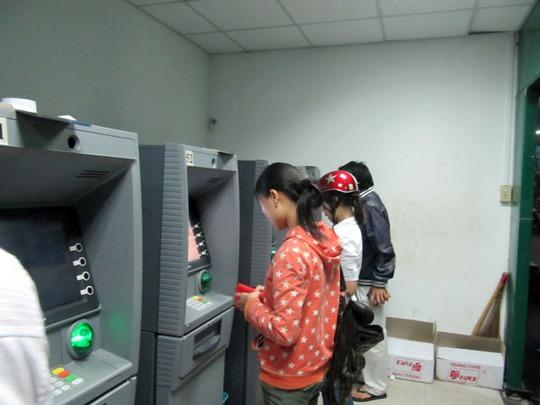 Chủ thẻ ATM đang phải gánh nhiều khoản phí khi giao dịch với các ngân hàng thương mại